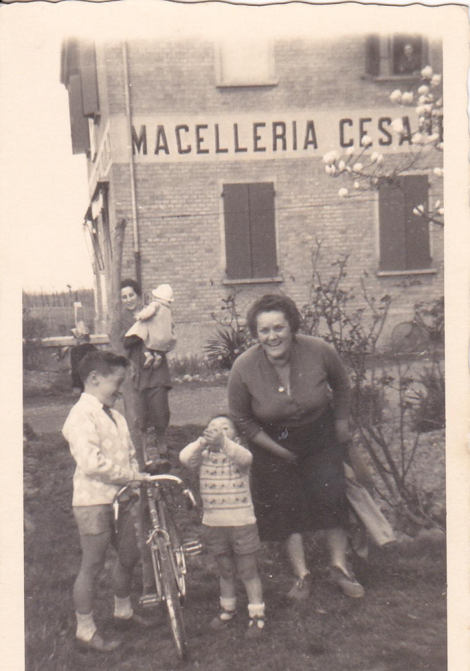 La macelleria Cesare Tugnoli di Lippo, anni '50