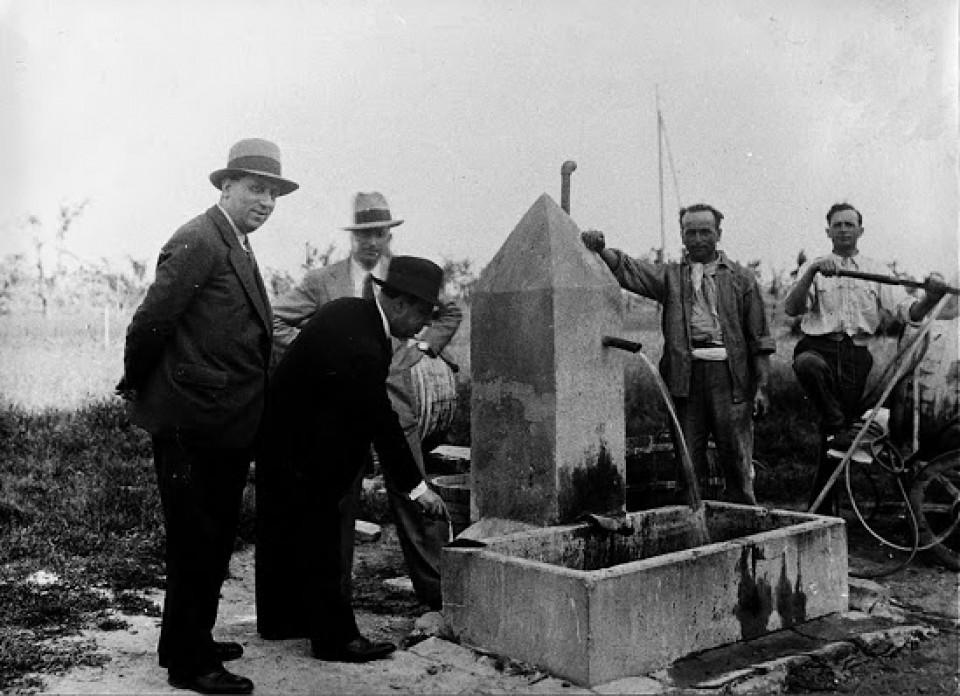 Inaugurazione di una fontana o di un pozzo artesiano in via Stelloni