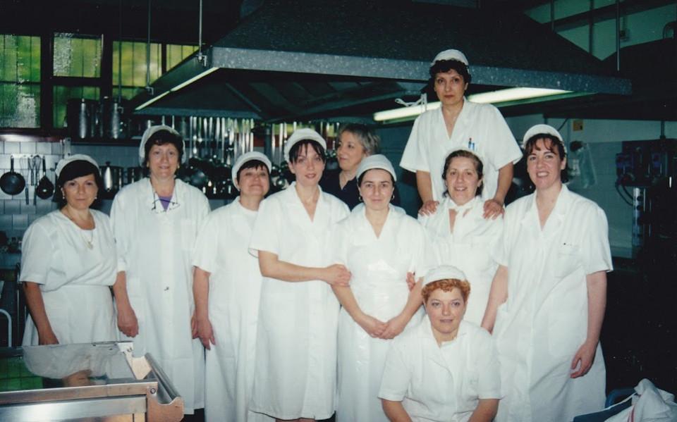 Le cuoche del centro pasti comunale, 2002