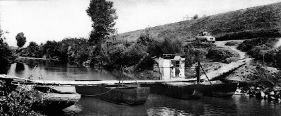 Il ponte di barche al Passo sul Reno tra Trebbo e Longara, 1964