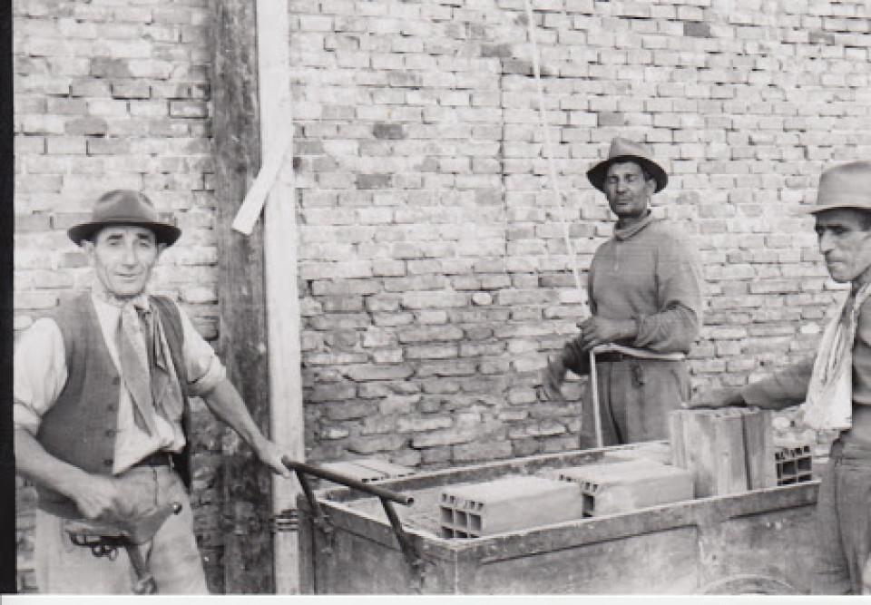 I lavori di costruzione della Casa del Popolo a Calderara, in via Roma. Anni '50.