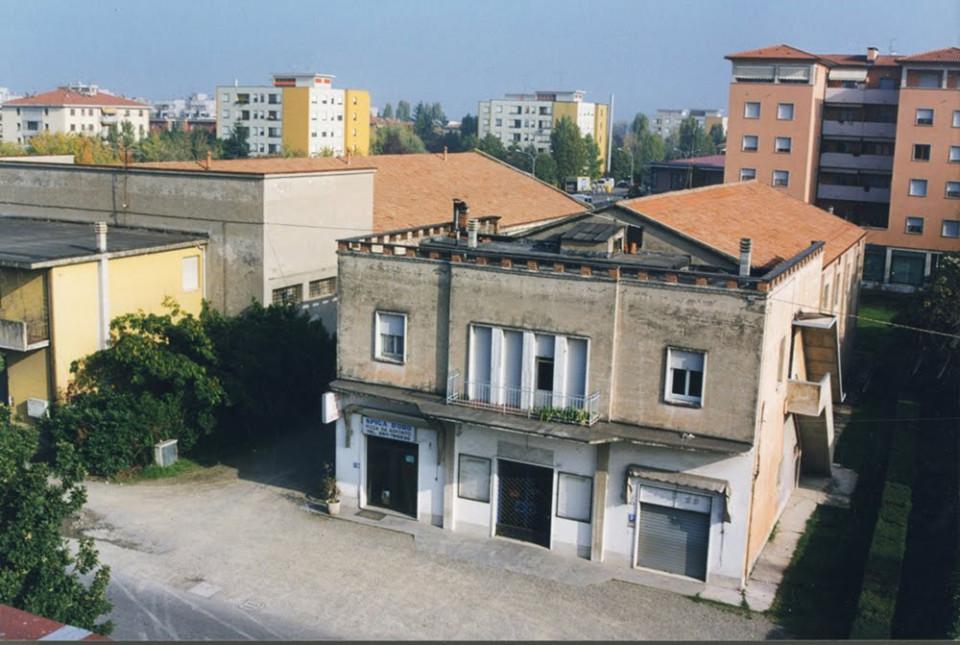 Il 'Cinema Nuovo' a Calderara in via Roma. Anno 2004