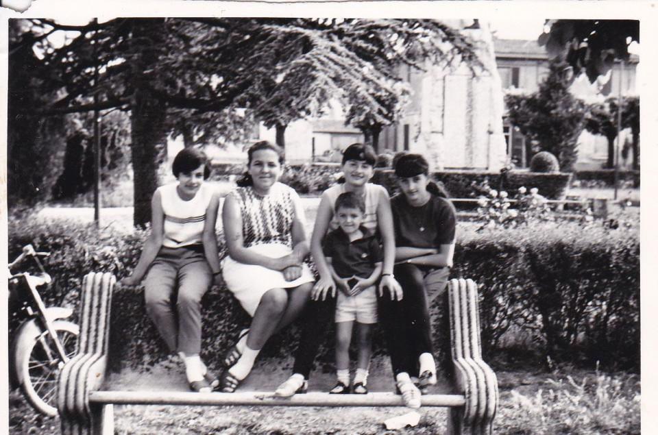 Sandra e le sue amiche, Piazza Marconi, Calderara, anni '60