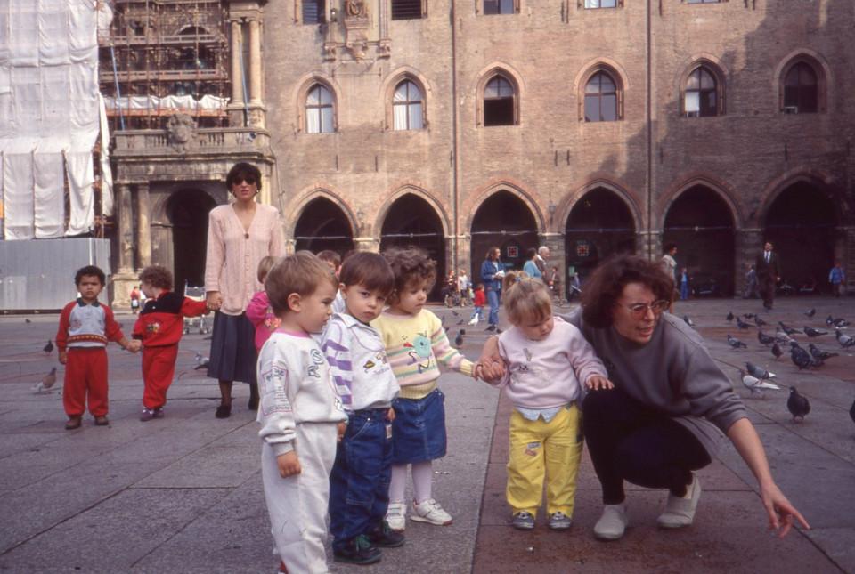 Gita del Nido Peter Pan: in piazza Maggiore a Bologna, 1989