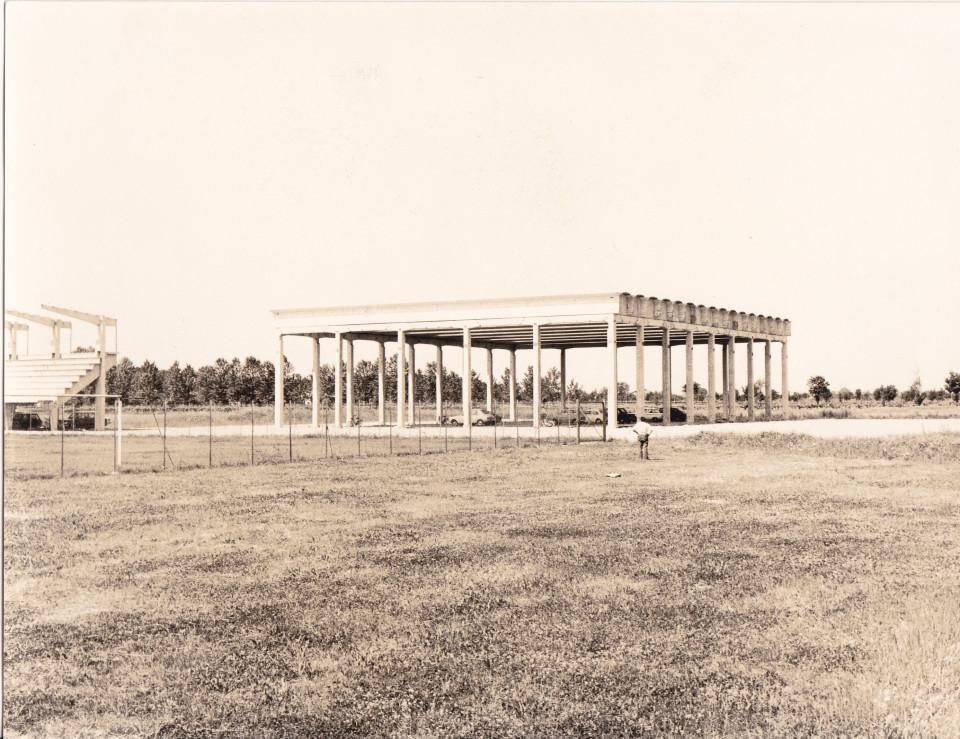 I lavori di costruzione del palazzetto dello sport a Calderara, 1978