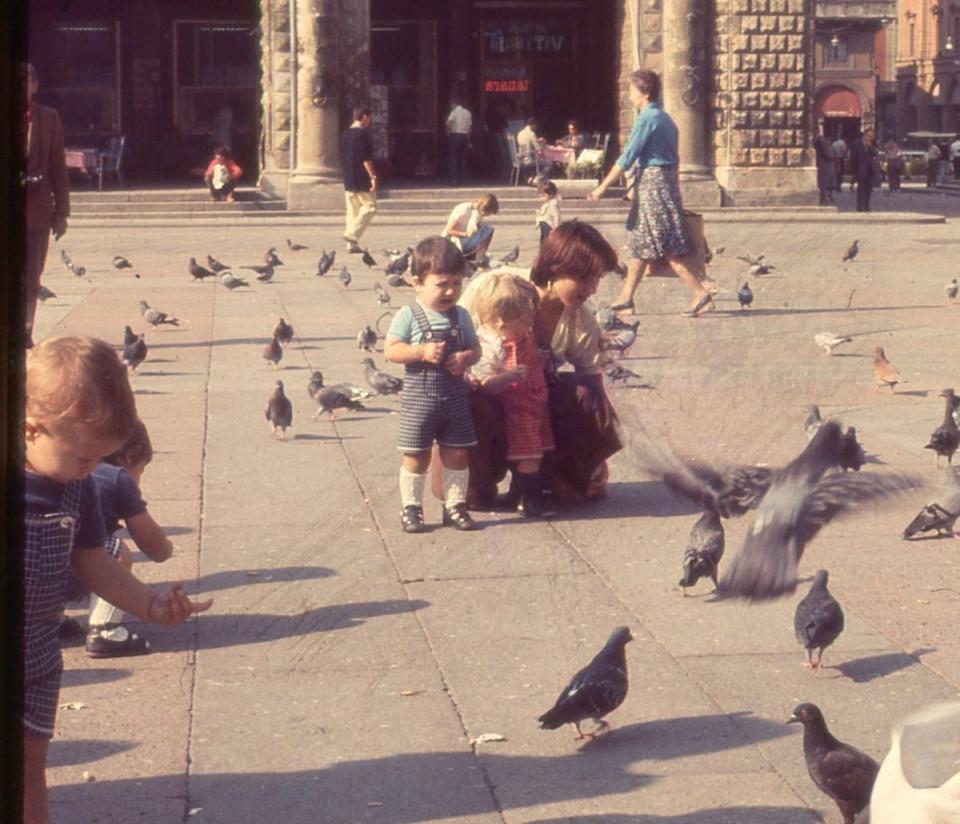 Gita del Nido Peter Pan: in piazza Maggiore a Bologna, 1980