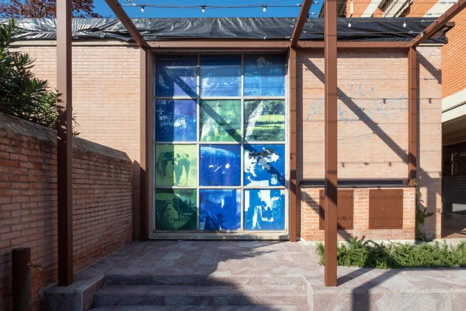 Centro Civico di Longara. Manifesti sulla vetrata