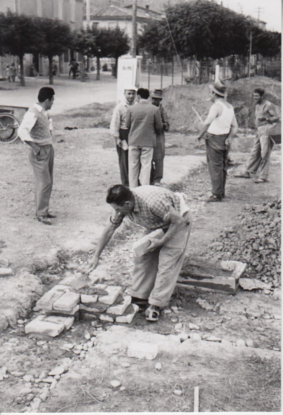 La costruzione della Casa del Popolo, Calderara, 1956