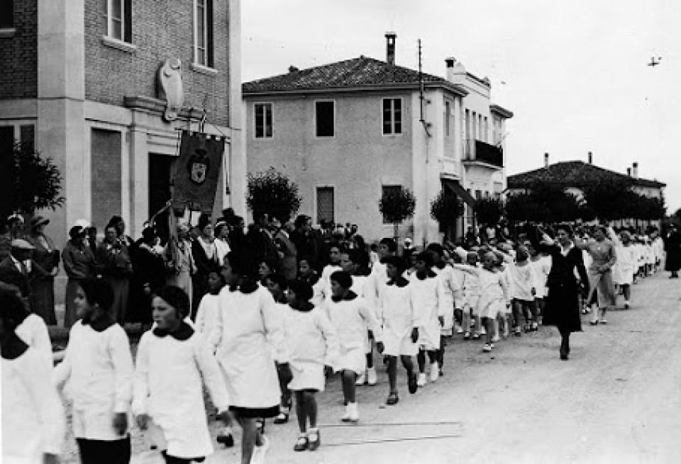Sfilata delle scolaresche a Calderara in via Roma, anni '30